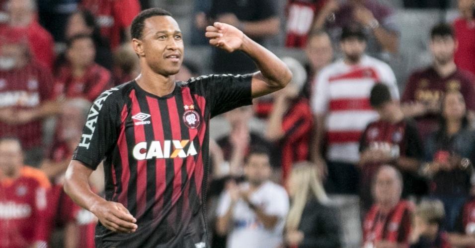 Fabricio comemora gol do Atlético-PR sobre o Vasco