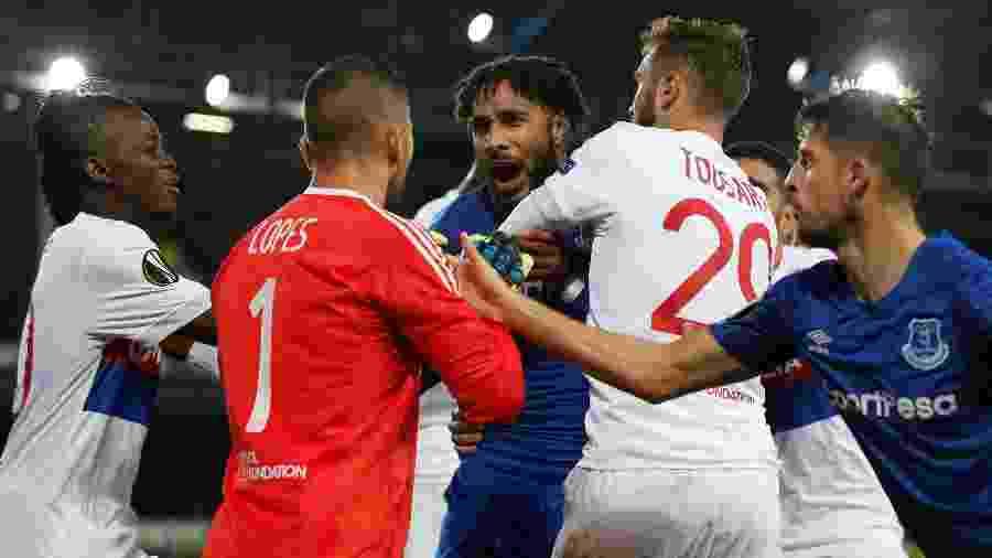 Confusão entre Ashley Williams e o goleiro Anthony Lopes, do Lyon, na Liga Europa - REUTERS/Andrew Yates