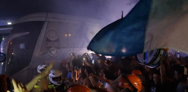 Torcida faz festa no Aeroporto Salgado Filho - Marinho Saldanha/UOL