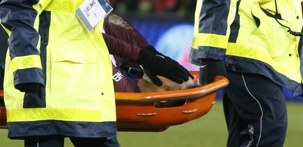 Neymar leva as mãos ao rosto ao ser retirado de maca do gramado