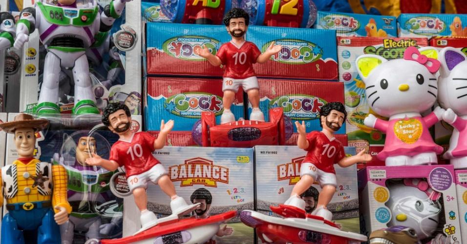 Lojas de brinquedos no centro do Cairo vendem miniaturas de Salah