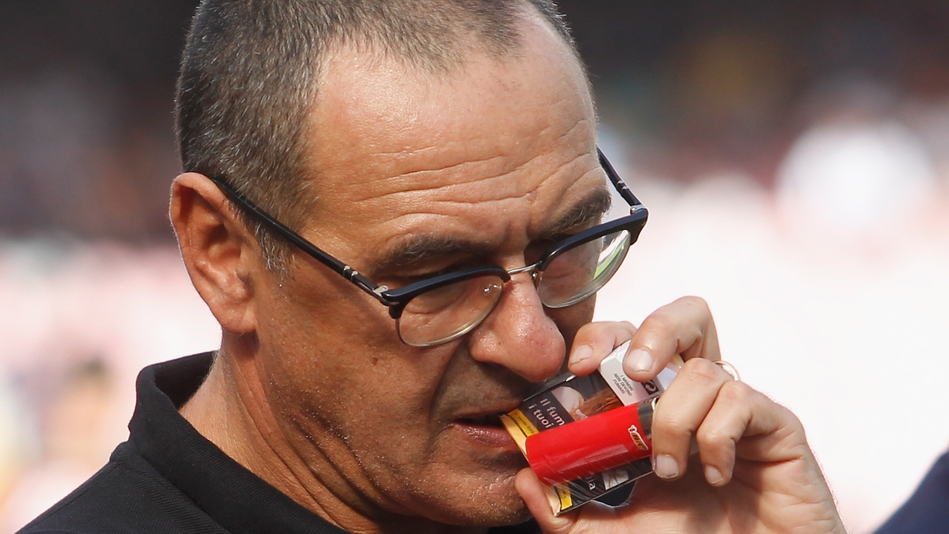 O técnico Maurizio Sarri com um maço de cigarros na mão no jogo Napoli x Roma, em 2016