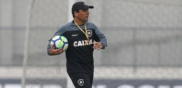 Zé Ricardo tem usado semana livre para resolver problemas do time durante os treinamentos - VITOR SILVA/SSPRESS/BOTAFOGO