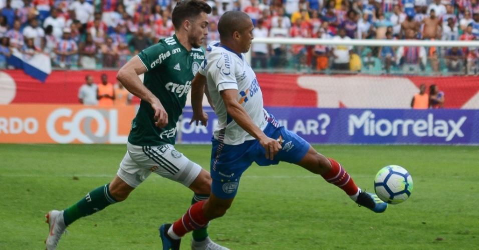 Nino Paraíba e Hyoran disputam a bola no jogo entre Bahia e Palmeiras