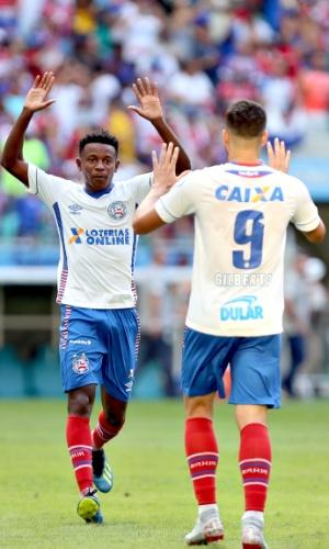 Ramires comemora com Gilberto o gol do Bahia diante do Palmeiras