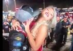 Piloto da Nascar assedia modelo e consegue beijo forçado após corrida - Reprodução