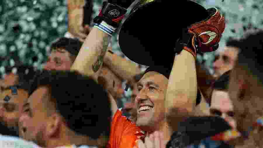 Cássio ergue a taça do Campeonato Paulista em 2019; Corinthians é o atual campeão - Marcello Zambrana/AGIF