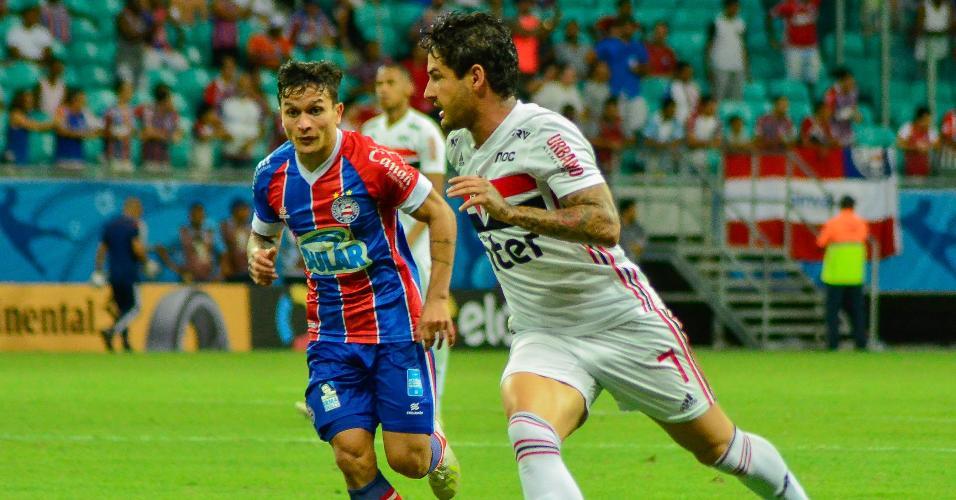 Alexandre Pato conduz a bola acompanhado pela marcação de Artur na partida entre Bahia X São Paulo pela Copa do Brasil