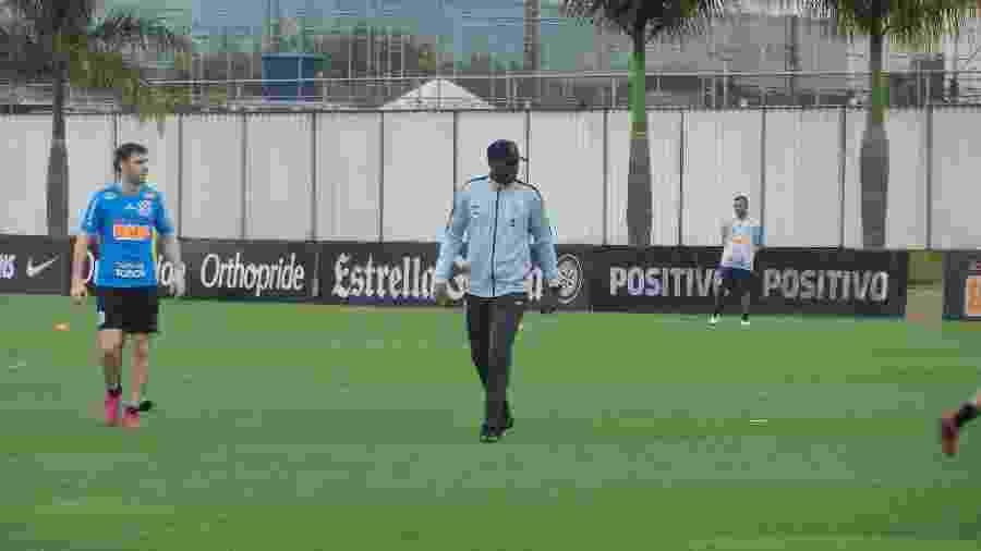 Fabinho, auxiliar técnico do Corinthians, dirigiu os trabalhos no CT Joaquim Grava hoje (7) - Gabriel Carneiro/UOL Esporte