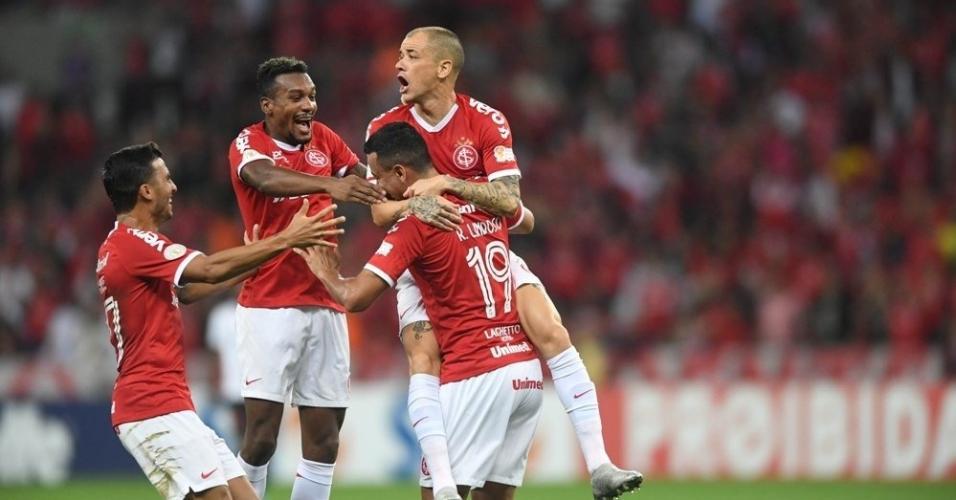 Jogadores do Internacional comemoram gol de Rodrigo Lindoso contra o Athletico