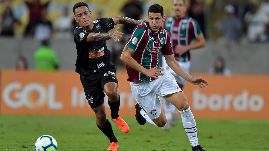 Bruninho, atacante do Atlético-MG, disputa bola com Nino, zagueiro do Fuminense, durante partida no Maracanã pelo Campeonato Brasileiro - Thiago Ribeiro/AGIF