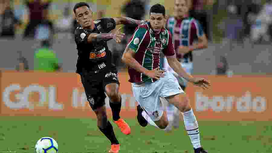 Bruninho, atacante do Atlético-MG, disputa bola com Nino, zagueiro do Fluminense, durante partida no Maracanã - Thiago Ribeiro/AGIF