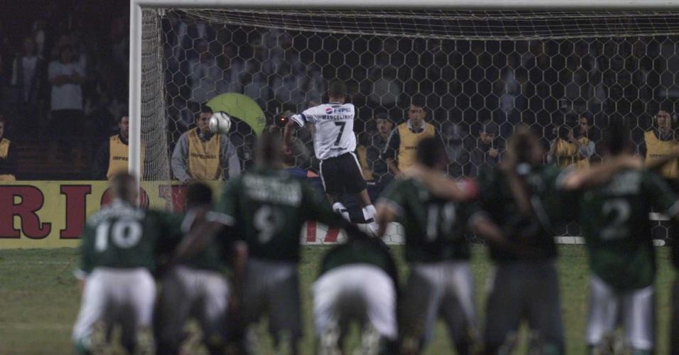Marcelinho erra cobrança, durante a partida entre Corinthians e Palmeiras, pela Libertadores de 2000