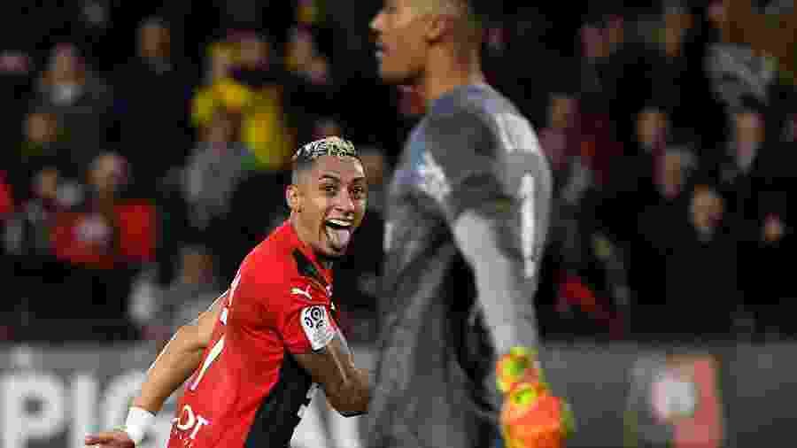 O brasileiro Raphinha, do Nantes, celebra gol marcado contra o Rennes, pelo Francês. Ele marcou dois gols da vitória de virada do time - DAMIEN MEYER/AFP