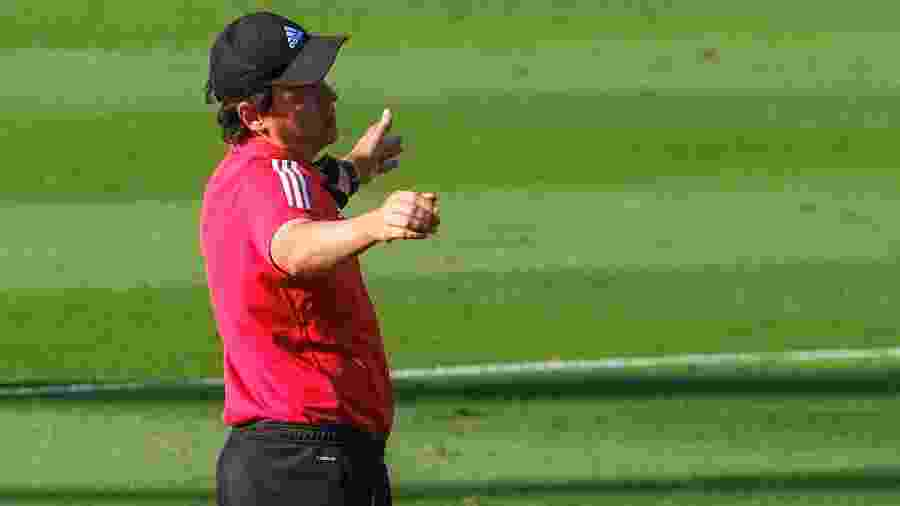 Fernando Diniz, técnico do São Paulo, terá que fazer mudança para o jogo contra o Ceará - Marcello Zambrana/AGIF