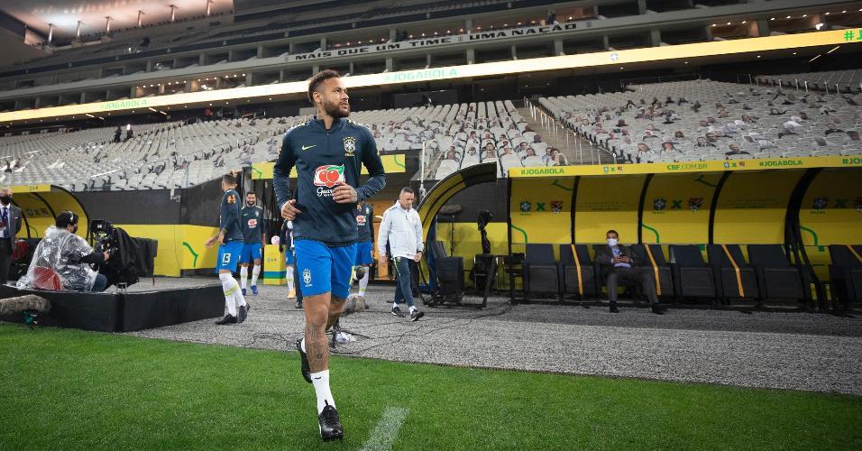 Neymar entra para o aquecimento antes da partida entre Brasil e Bolívia