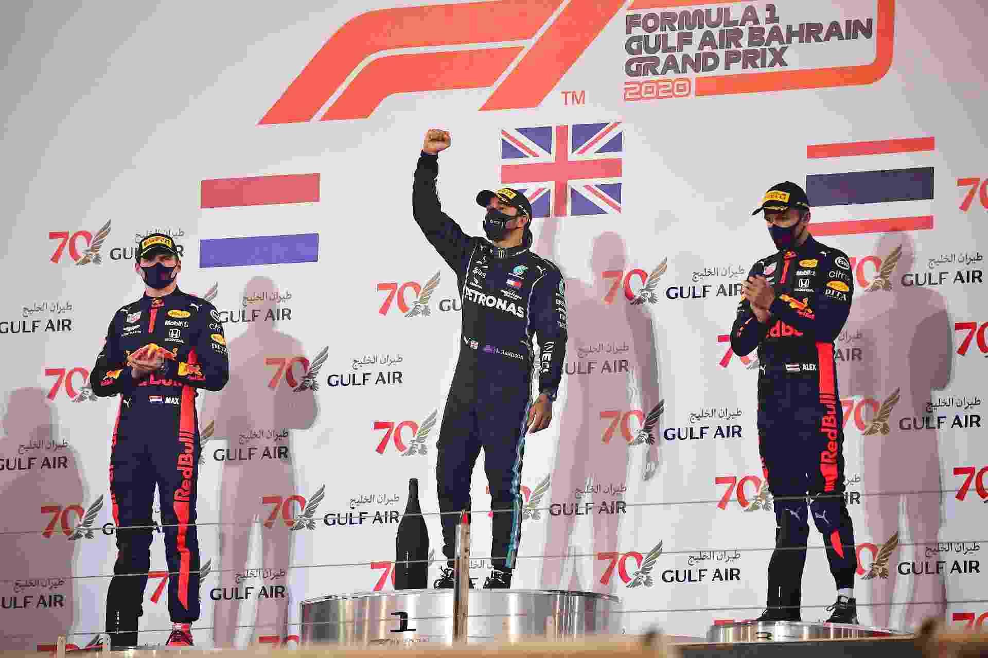 Lewis Hamilton ao centro, entre Alexander Albon (3º) e Max Verstappen (2º) no GP do Bahrein - Giuseppe Cacace/Pool/Getty Images