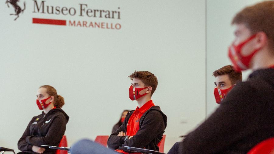 Maya Weug (ao fundo) participa de reunião na academia de pilotos da Ferrari - Ferrari/Divulgação