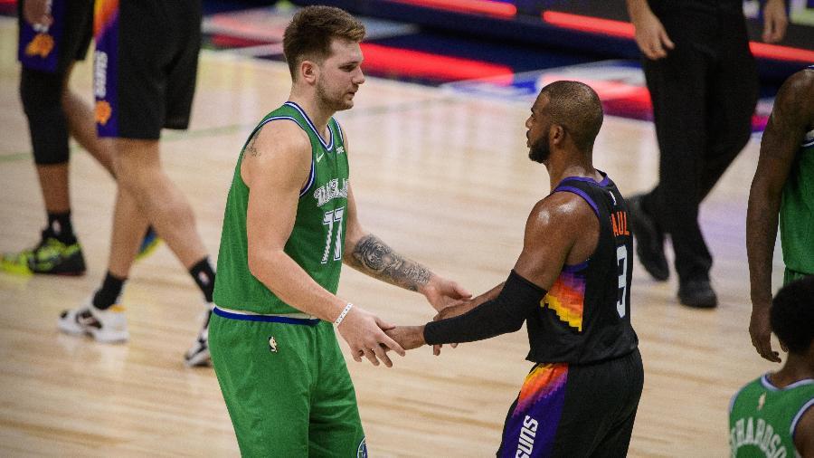 Luka Doncic, do Dallas Mavericks, cumprimenta Chris Paul, do Phoenix Suns, após jogo da NBA - Jerome Miron/USA TODAY Sports