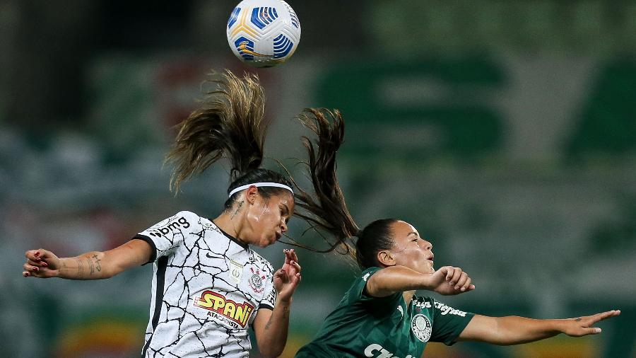 Jogadoras do Corinthians e Palmeiras disputam bola aérea no primeiro jogo da final do Brasileiro Feminino 2021 - Marco Galvão/Agência Corinthians