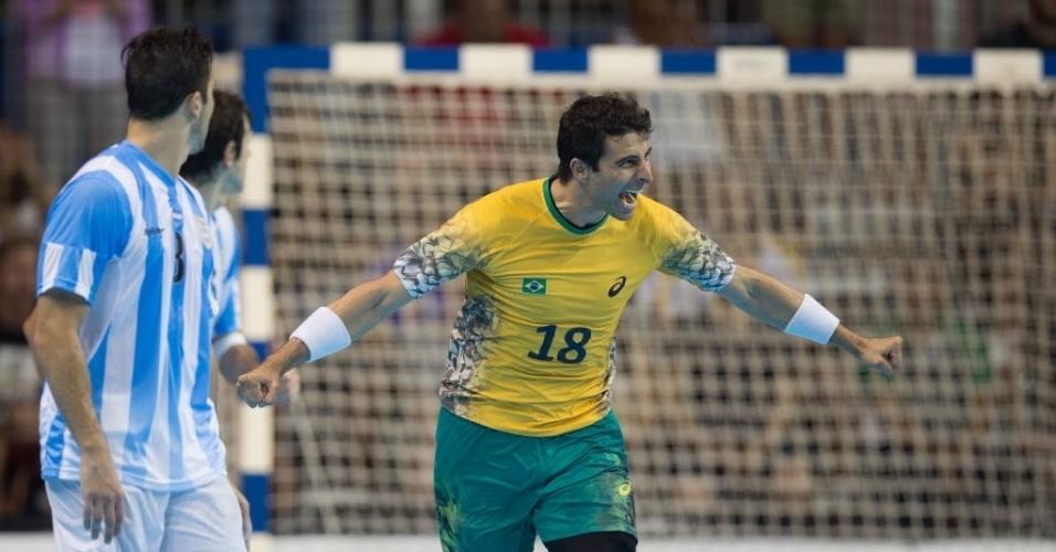 Brasileiro comemora gol contra a Argentina na final do handebol masculino