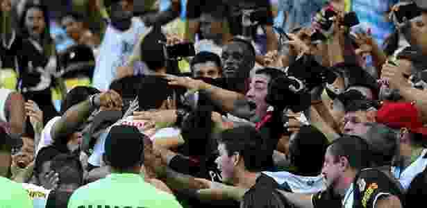 Nenê 'some' no meio dos torcedores do Vasco após fazer o gol da vitória sobre o Fla - Paulo Fernandes / Site oficial do Vasco - Paulo Fernandes / Site oficial do Vasco