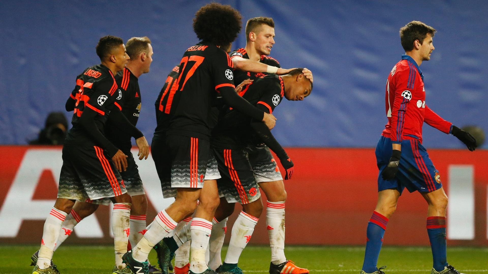 Martial recebe os cumprimentos dos companheiros após marcar para o Manchester United contra o CSKA pela Liga dos Campeões