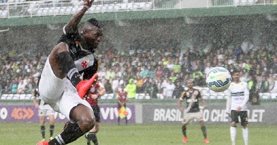 Riascos tenta sem sucesso alcançar a bola no Couto Pereira