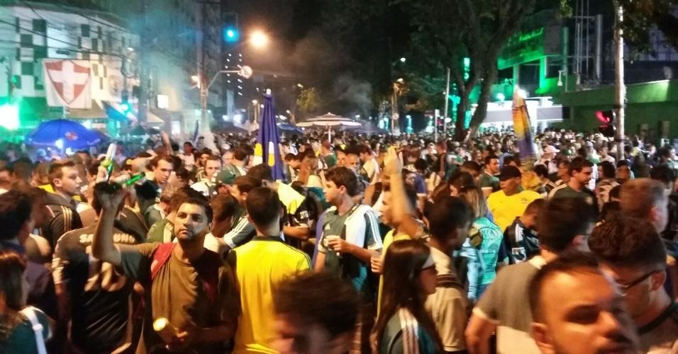 Torcedores do Palmeiras se aglomeram antes da partida contra o Nacional-URU