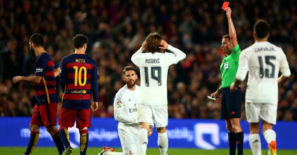 Jogadores do Real Madrid se lamentam após a expulsão de Sergio Ramos durante o clássico contra o Barcelona