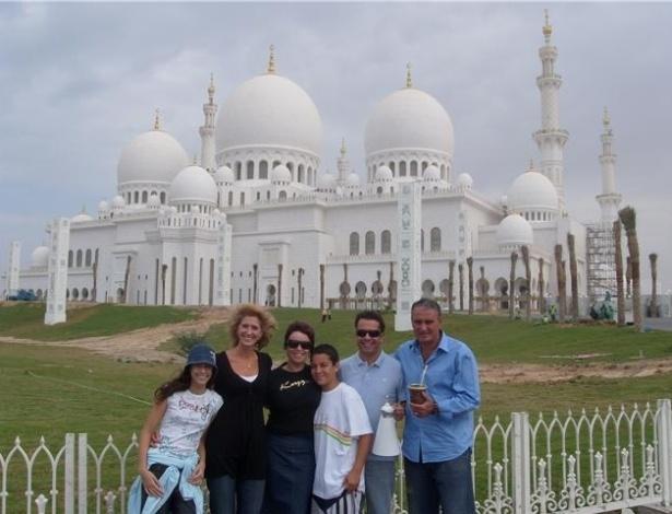 Tite e o auxiliar Cléber Xavier com as famílias durante passagem pelo Al Ain, nos Emirados Árabes