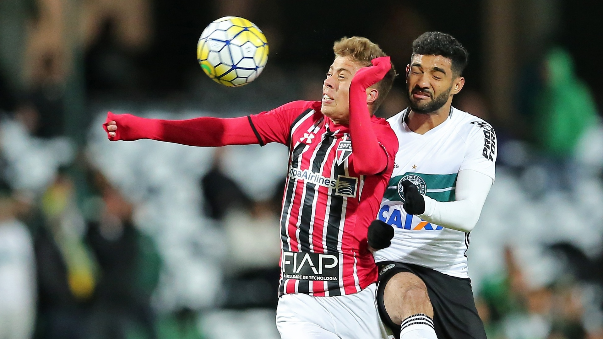 Alan Santos, do Coritiba, disputa lance com Lucas Fernandes, do São Paulo