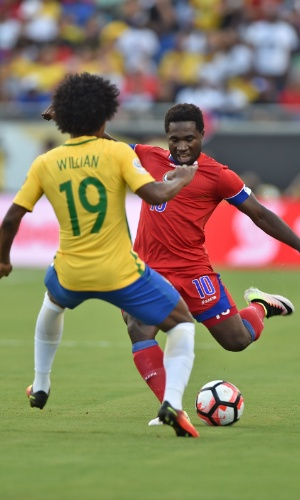 Willian cerca arremate de Jeff Louis no jogo Brasil x Haiti pela Copa América Centenário