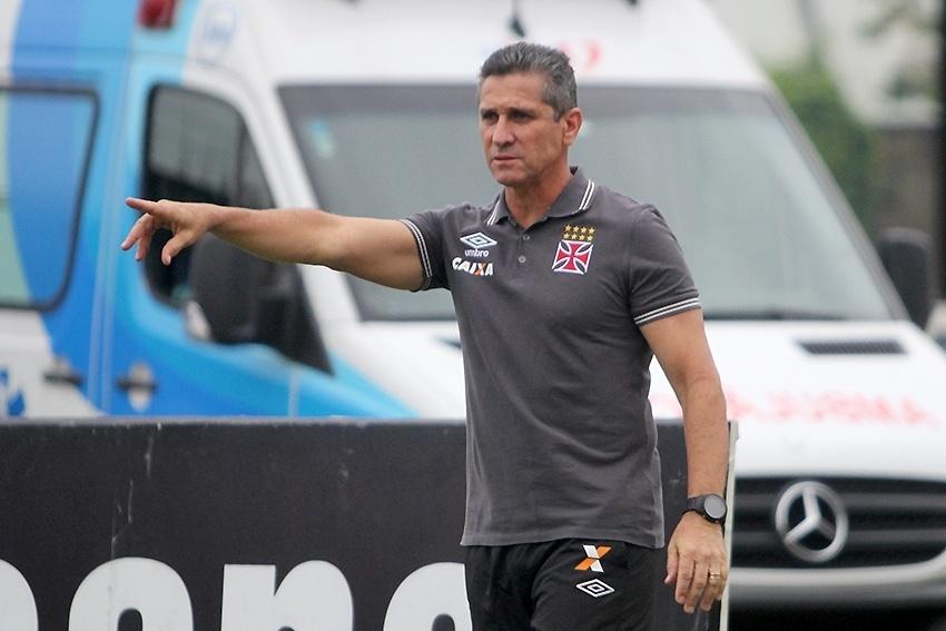 Jorginho orienta o Vasco na vitória sobre o Atlético-GO