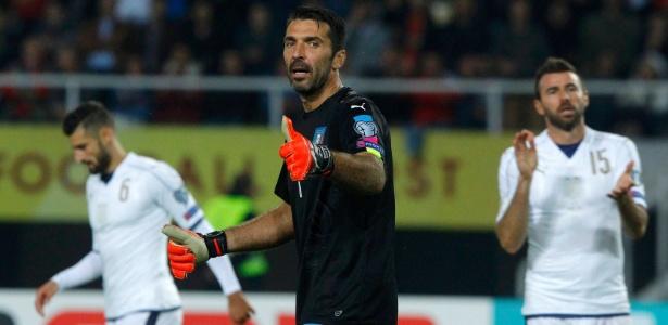 Buffon em ação na partida da Itália contra a Macedônia