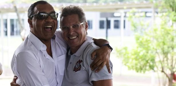 Basílio e Oswaldo se abraçam no CT Joaquim Grava