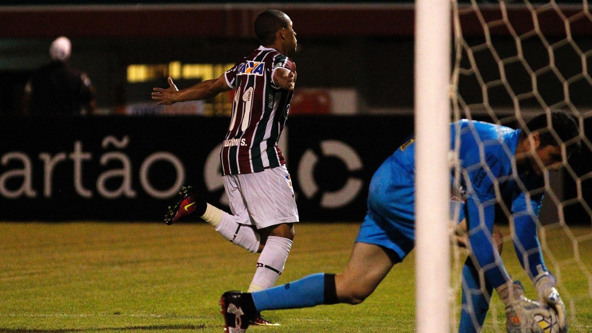 Wellington comemora gol do Fluminense após marcar de pênalti em Denis, do São Paulo