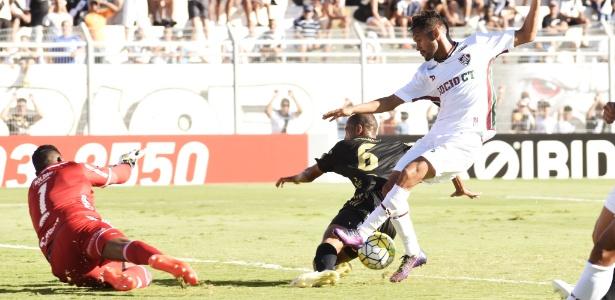 O meia Gustavo Scarpa tenta uma jogada para o Fluminense contra a Ponte