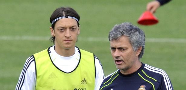 Ozil ao lado de Mourinho em treino do Real Madrid em 2011
