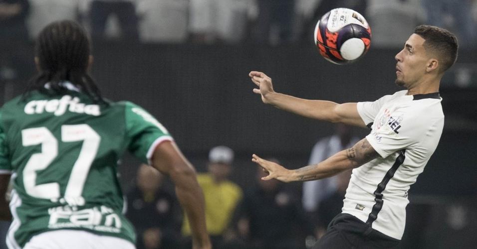 Gabriel mata a bola durante o clássico Corinthians e Palmeiras