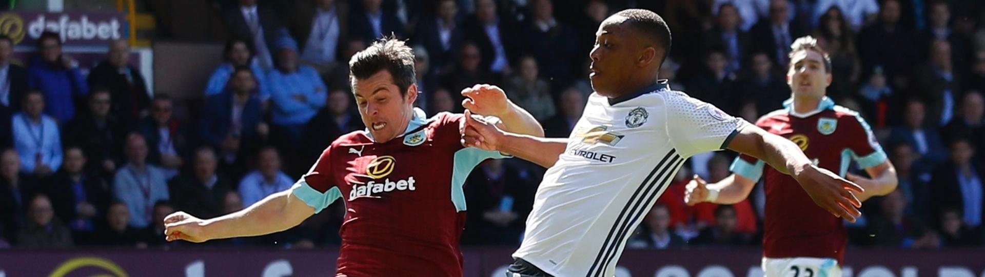 Martial se estica todo para marca o primeiro gol do United contra o Burnley