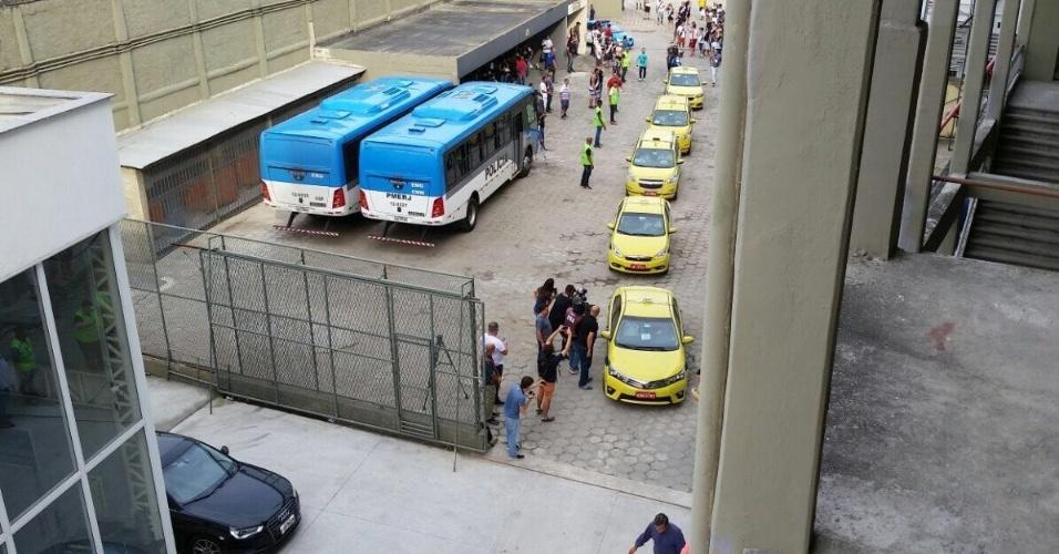 27.mai.2017 - Comboio de táxis montado pelo Vasco para chegar a São Januário teve pelo menos sete viaturas.
