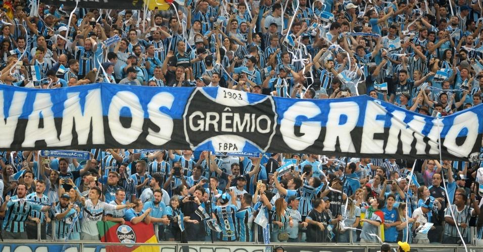 A torcida do Grêmio tenta empurrar o time contra o Botafogo
