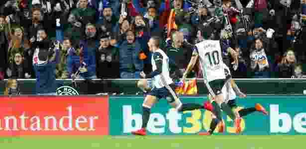 Rodrigo (esq.) comemora o seu gol para o Valencia contra o Barcelona - Heino Kalis/Reuters - Heino Kalis/Reuters