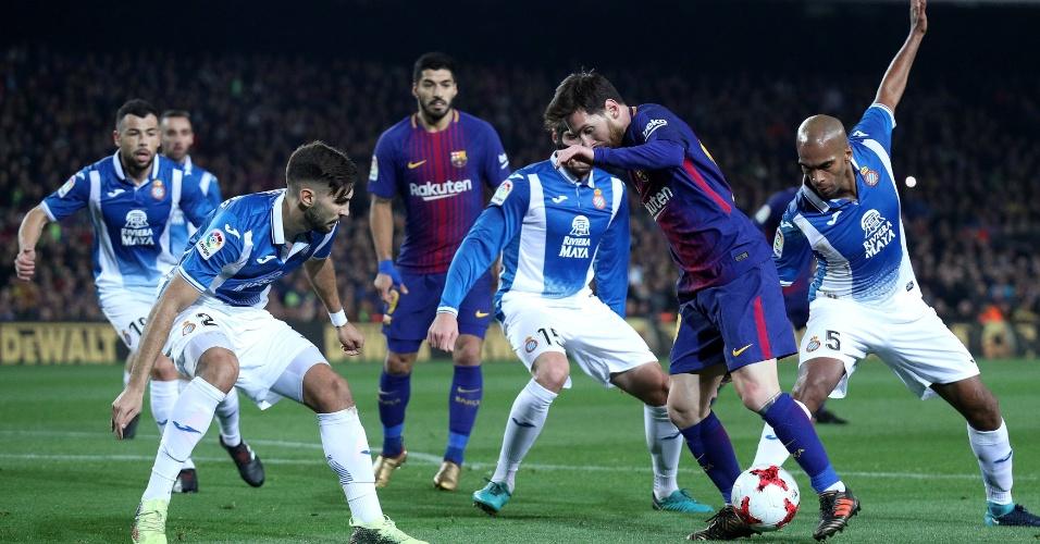 Jogadores do Espanyol tentam anular Messi