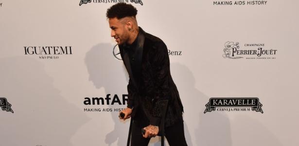 Neymar chegou ao leilão de muletas; jogador prevê o retorno em um mês