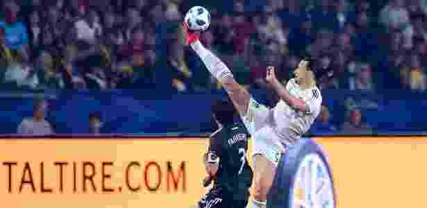 Ibrahimovic vai com pé às alturas para fazer passe e impressiona na MLS - FREDERIC J. BROWN/AFP - FREDERIC J. BROWN/AFP