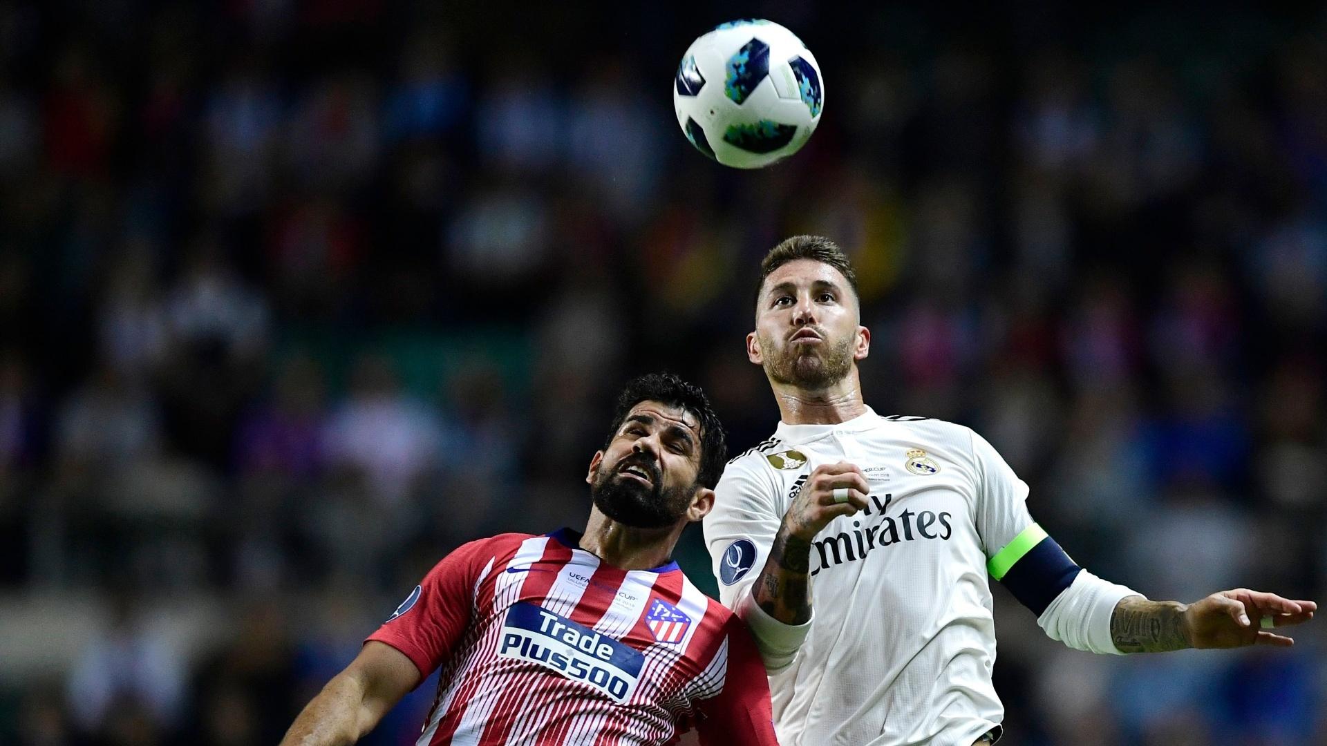 Diego Costa e Sergio Ramos disputam a bola pelo alto na Supercopa da Europa