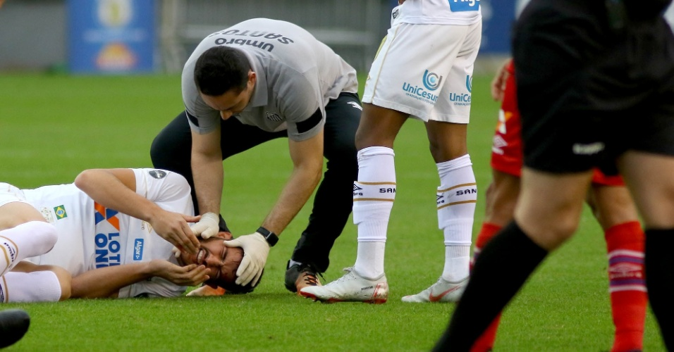 Gustavo Henrique é atendido no gramado após corte na cabeça durante jogo Santos x Bahia pelo Campeonato Brasileiro 2018