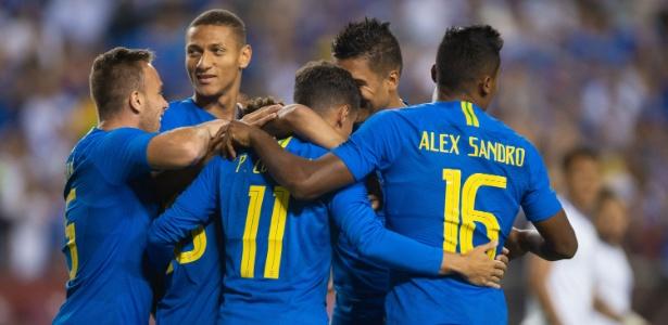 Jogadores da seleção brasileira comemoram gol em amistoso contra El Salvador